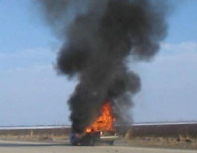 Кола пламна като факел в движение! Четирима скочиха, за да се спасят ВИДЕО