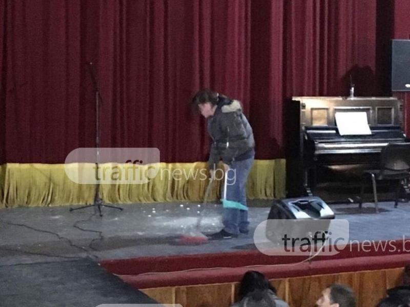 Мазилка се сгромоляса върху сцената на карловско читалище секунди преди спектакъл СНИМКИ