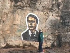 Пловдивски художник нарисува 3-метров портрет на Васил Левски на скалите ВИДЕО