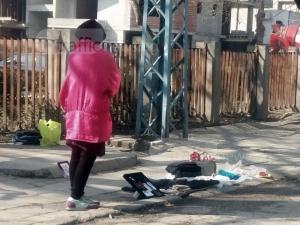 Борба за стотинки: Жена излезе на тротоар в Пловдив, за да продава вещите си СНИМКИ