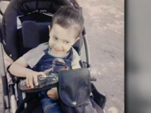 Откраднаха инвалидната количка на 3-годишно дете! Денис не може без нея
