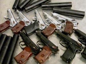 Пипнаха 67-годишен собственик на оръжеен магазин с... незаконни пушкала