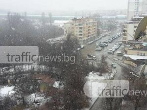 Вече половин час в София вали стабилно сняг, започна да трупа СНИМКИ