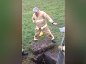 Пожарникар блее като овца, за да спаси паднало в шахта агънце ВИДЕО