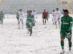 Заради силния снеговалеж: Прекратиха мача Славия - Лудогорец