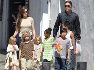 Джоли се разплака в ефир: С Брад Пит винаги ще бъдем семейство