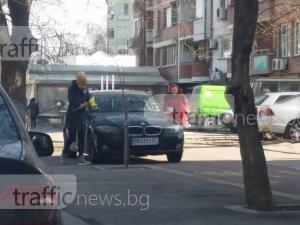 Руса мадама с БМВ завзе тротоар и велоалея в центъра на Пловдив, опел я последва СНИМКИ
