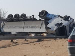 Камион се обърна в дървета край пътя, шофьорът е откаран в болница