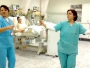 Медицински сестри въртят кючеци в интензивното ВИДЕО