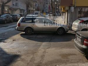 Нахалник блокира пешеходците в Кършияка СНИМКА
