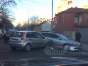 Два автомобила се помляха на Пещерско шосе СНИМКИ