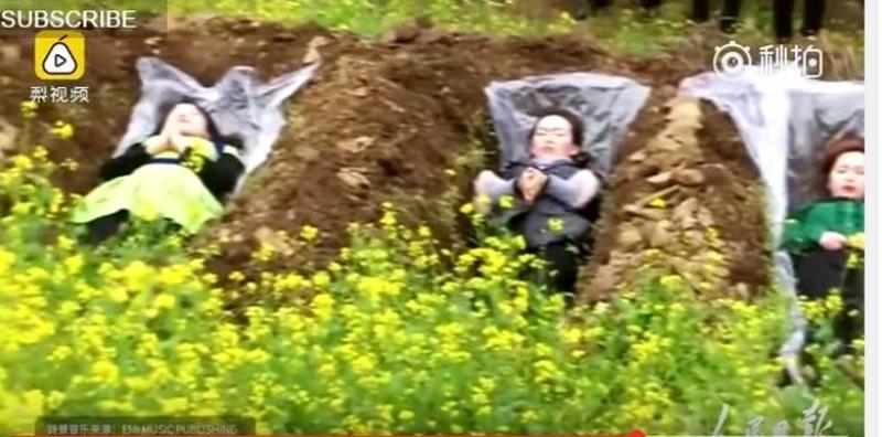 Депресирани китайки лежат в гробове, за да... заобичат живота ВИДЕО