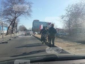 Роми смутиха шофьорите в Пловдив, предпочетоха пътно платно пред тротоар СНИМКИ