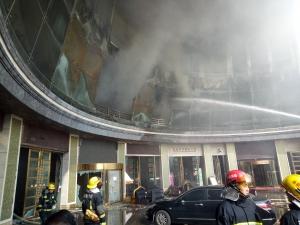 Голям пожар избухна в китайски хотел, 10 души са загинали