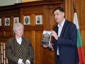 Кметът изпрати ковчежника на града след 47 години служба СНИМКИ