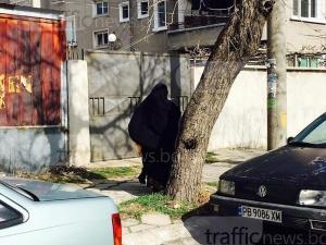 Жени с бурки обикалят по улиците на 20 км от Пловдив СНИМКИ