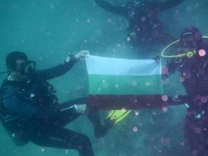 Пловдивчани разпънаха българското знаме в... Червено море СНИМКИ