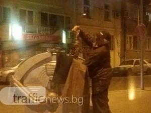 Пловдивчанка рови в кофа за боклук на 10 метра от зарята. Мъж й открадна изровеното СНИМКИ