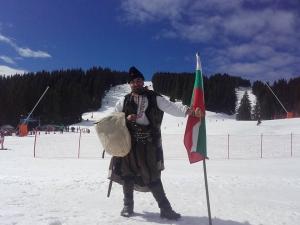 Пловдивски скулптор участва в масовото спускане с трибагреници в Пампорово ВИДЕО
