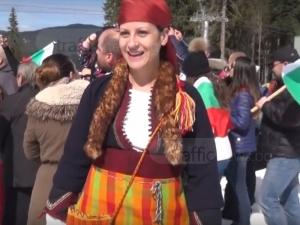 Млада българка се появи с носия на 200 години на хоро в Пампорово ВИДЕО