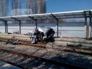 Влакът Пловдив-София помля кола на жп прелез, има загинала СНИМКИ+ВИДЕО