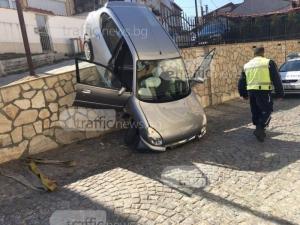 Шофьорка падна с колата си на слизане от тепето СНИМКИ