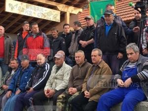 Разгневени ловци бранят навес с телата си! Багерът все още не е дошъл СНИМКИ