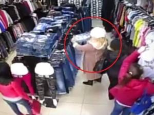 Блондинка краде дънки в магазин, храбра продавачка я хвана в крачка ВИДЕО