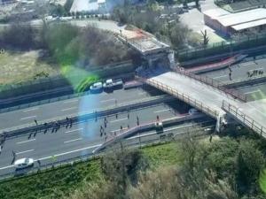 Мост се срути върху магистрала в Италия, има загинали ВИДЕО