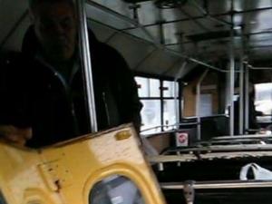 Врата на автобус падна в движение, по чудо няма жертви! СНИМКА