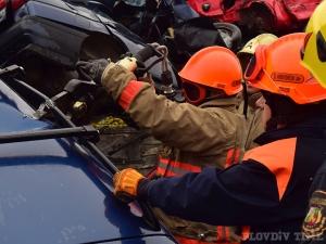Как пловдивските пожарникари режат автомобили и спасяват ранени при катастрофа СНИМКИ