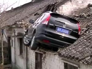 Вместо спирачка – газ и… паркиране върху покрив ВИДЕО