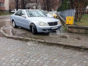 Шофьори завзеха тротоар в Кючука, а пешеходците… в локвата СНИМКИ