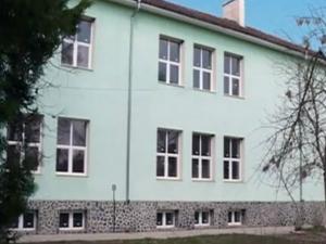 Сграда за милион в село, където хора живеят на вересия ВИДЕО