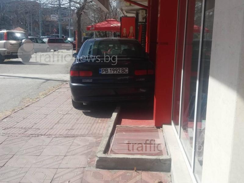 Професионалист в Пловдив залепи колата си до сграда в търсене на малко сянка СНИМКИ