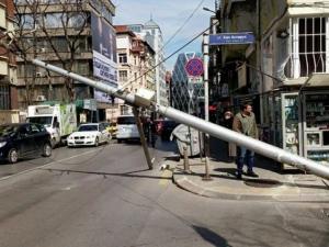 Електрически стълб падна в центъра на София