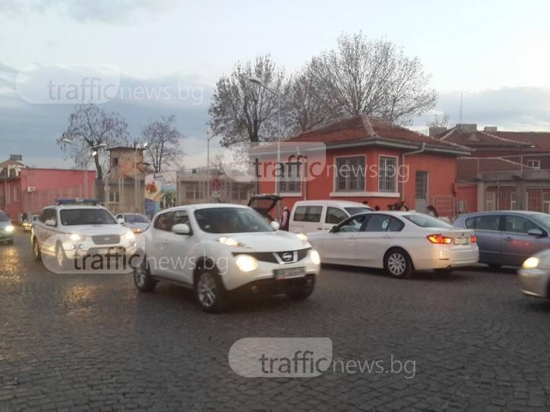 Родители блокират улицата пред Алекото с лъскавите си возила СНИМКИ