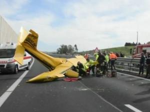 Малък самолет се разби на магистрала в Италия ВИДЕО