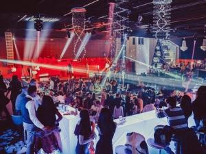 Пловдивчанки слагат вратовръзки за парти под тепетата СНИМКИ