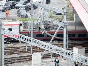 Международен влак дерайлира, има ранени