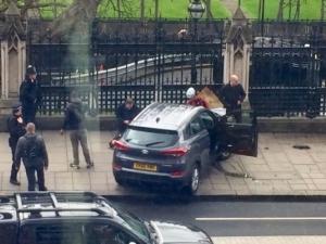 Жертвите на терора в Лондон се увеличават СНИМКИ