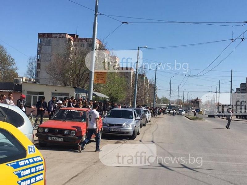 Мъж от Столипиново заби юмрук в окото на полицай! Близо 500 души са се събрали в квартала СНИМКИ+ВИДЕО