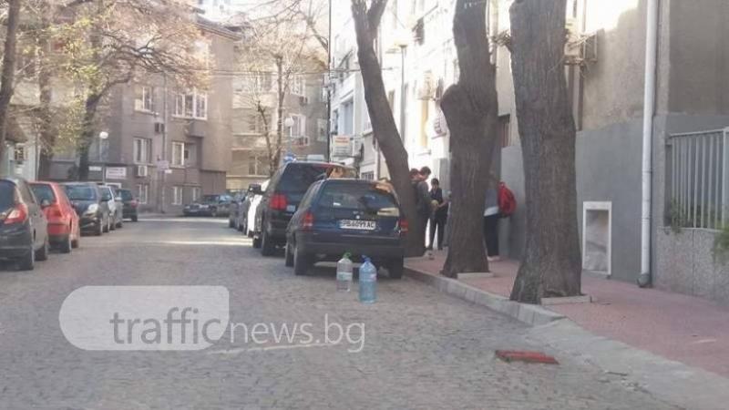 """Синята зона около Турското консулство се """"пази"""" от гуми и шишета СНИМКИ"""