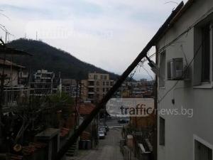 Стълб се стовари върху къща в Пловдив СНИМКИ