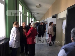 Опашки се заформиха в някои секции, но активността в Пловдив е най-слаба в страната ВИДЕО