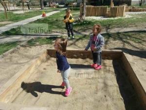 Смениха пясъка в детската площадка, където малчугани намериха хапчета СНИМКИ