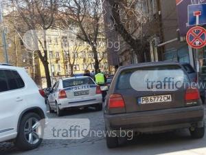 Зверско задръстване в центъра на Пловдив! Полицаи бутат ударена кола СНИМКА