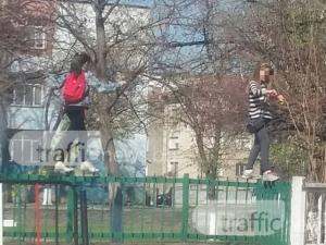 Две ученички решиха да използват оградата на училището за... пешеходна пътека СНИМКИ