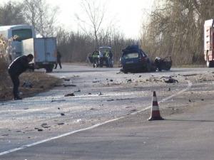 Двама загинаха край Пазарджик, след като автомобил се размаза в камион