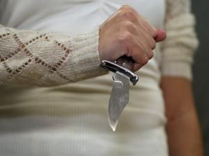 Мъж викна полиция, след като жена му го подгони с нож